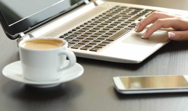 Ноутбук, телефон и чашка кофе