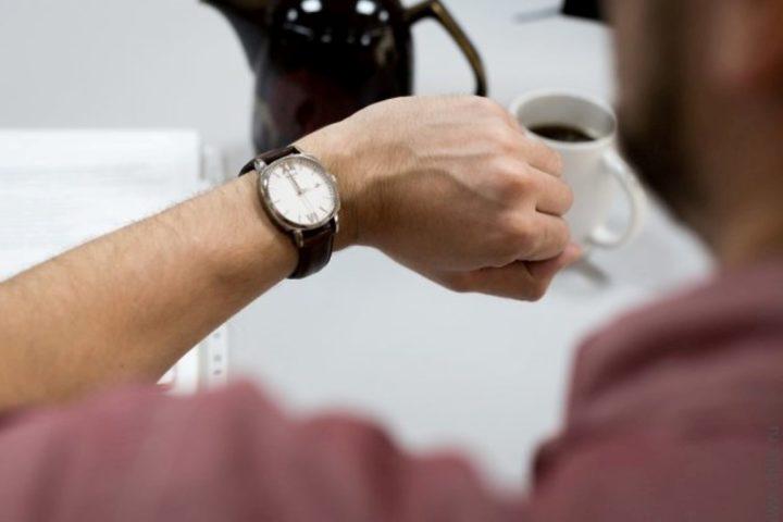 Часы на мужской руке