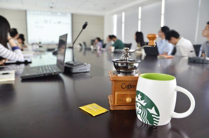 Чашка кофе на столе в офисе