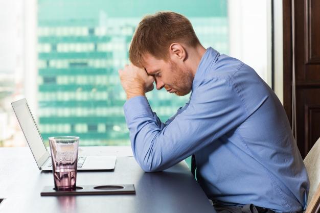 Мужчина думает о проблемах на работе
