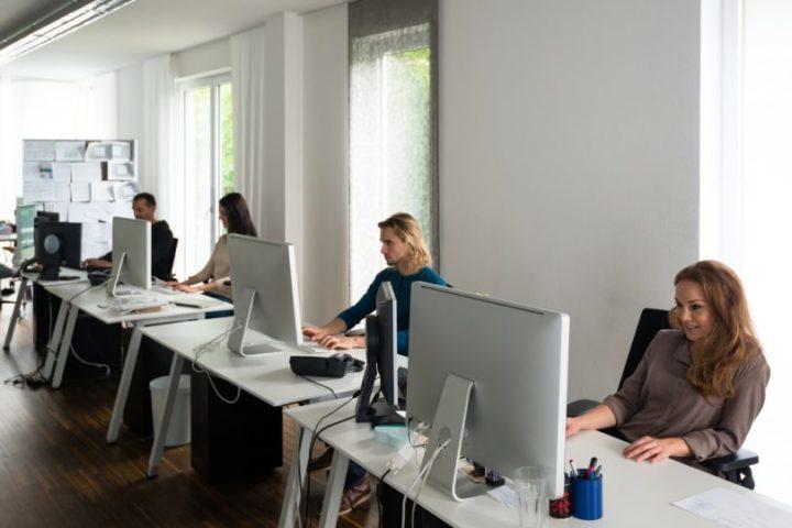 Сотруднике в офисе