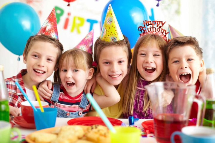 Дети празднуют день рождение