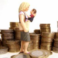 Фигурка женщины с ребенком возле монет