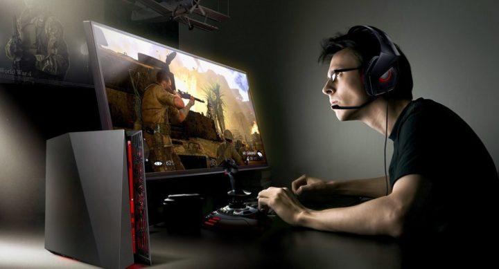 Парень играет в компьютерную игру