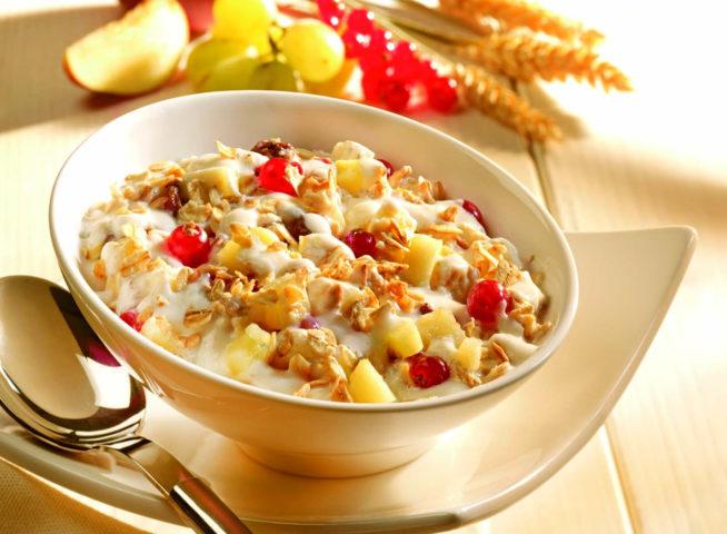 Сухой завтрак залитый йогуртом с фруктами
