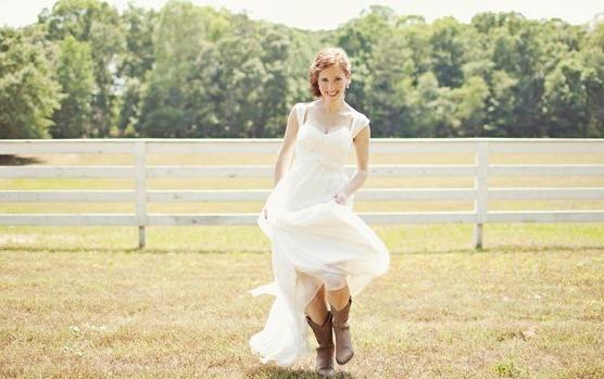 Невеста в белом платье и сапогах