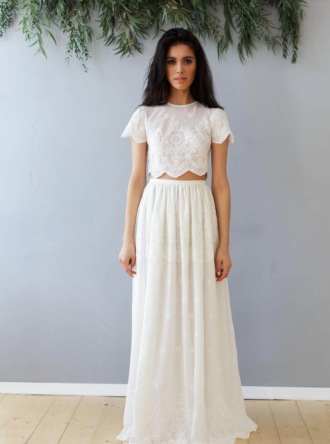 Девушка в белой юбке и топике