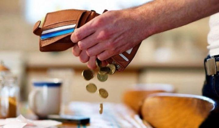 Вытряхивают монеты из кошелька