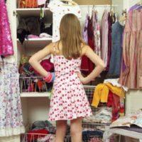 Девушка возле шкафа с вещами