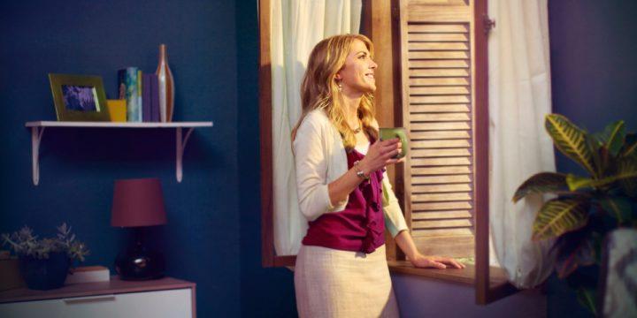 Девушка держит чашку у окна