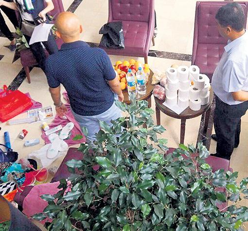 Мужчины в отеле рядом с едой и туалетной бумагой
