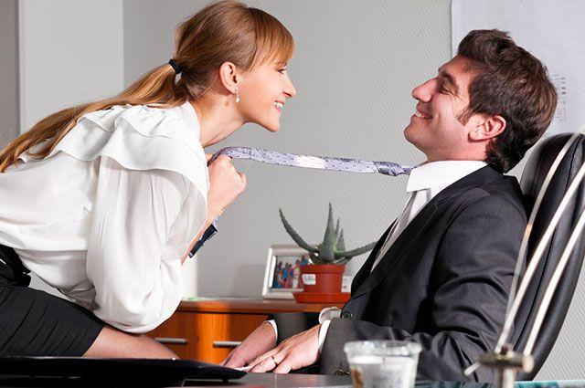 Девушка тянет коллегу за галстук