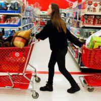 Девушка в магазине с корзинами