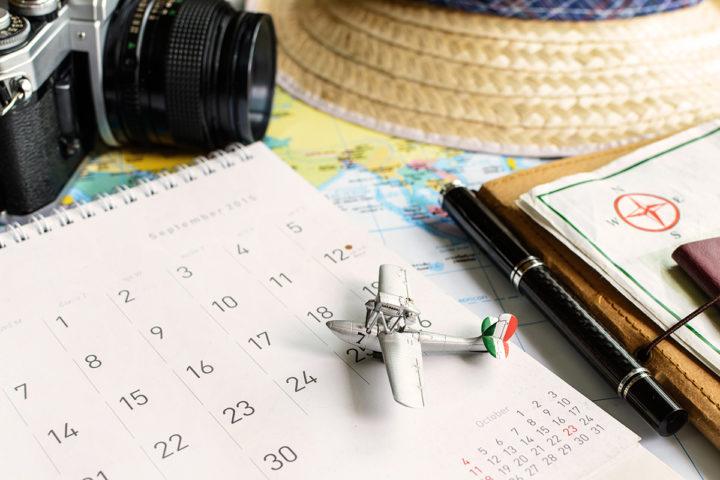 Календарь и игрушечный самолет