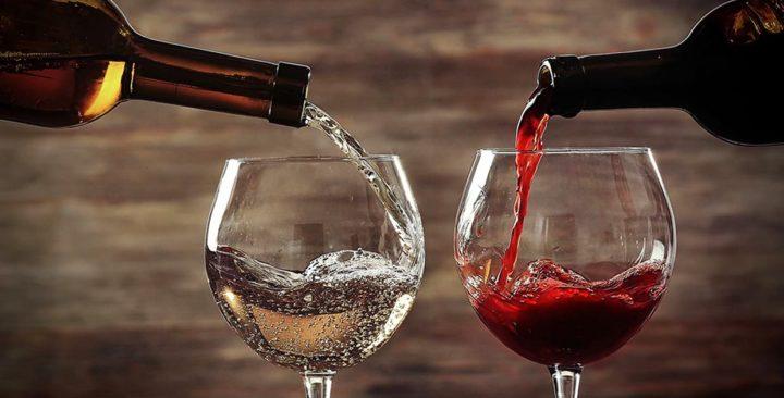 В бокалы наливают вино