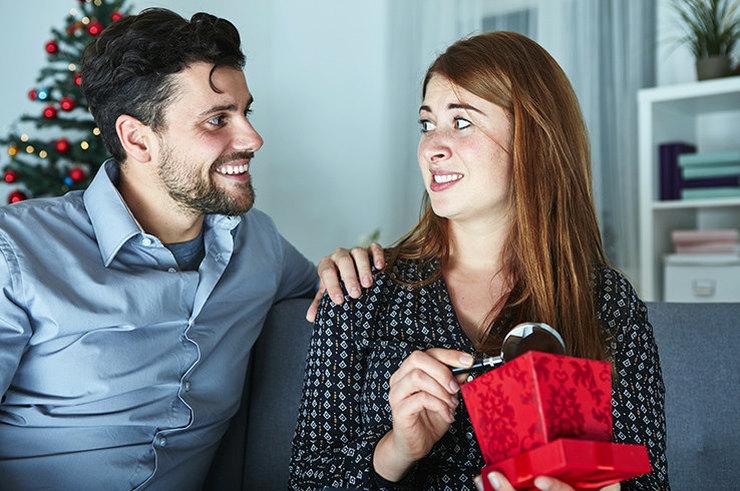 Мужчина и недовольная девушка с подарком