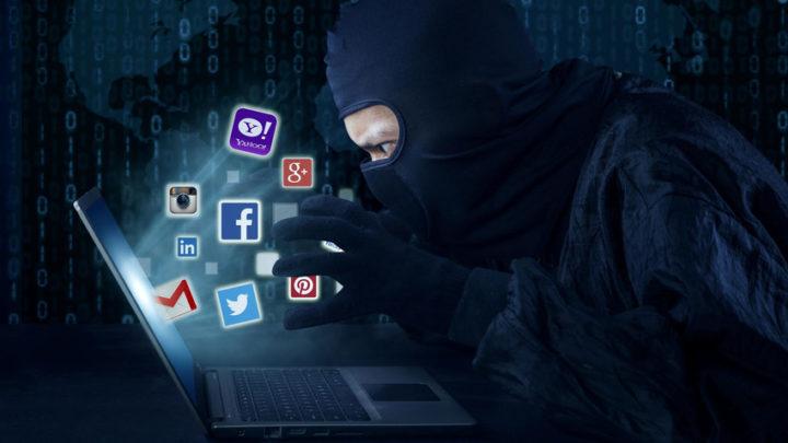 Мужчина в маске возле компьютера