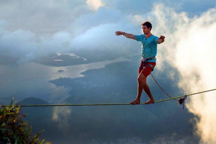 Мужчина идет по веревке