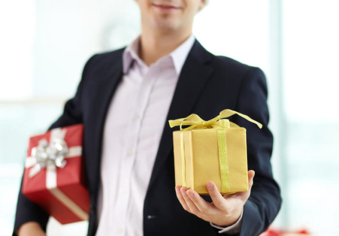Мужчина держит подарки