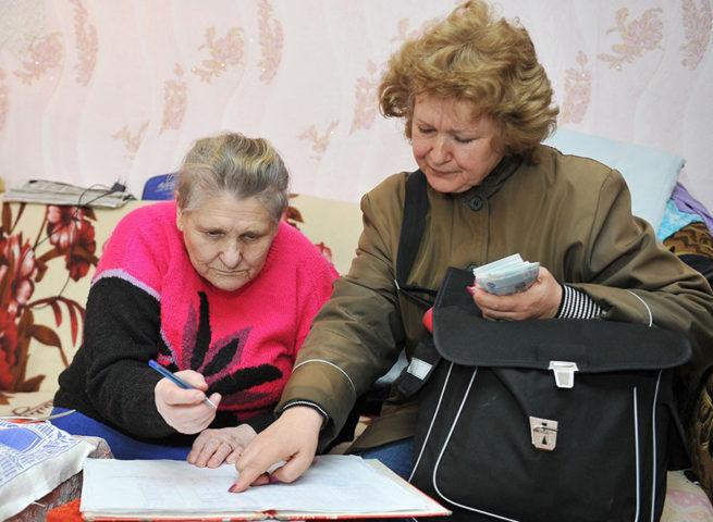Пенсионерка получает пенсию