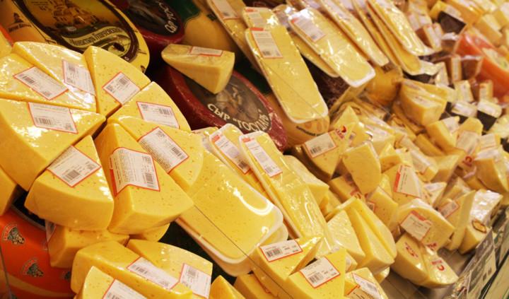 Куски сыра в магазине
