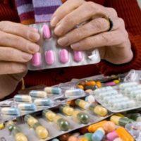 Перед женщиной много лекарств