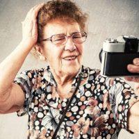 Пенсионерка делает селфи
