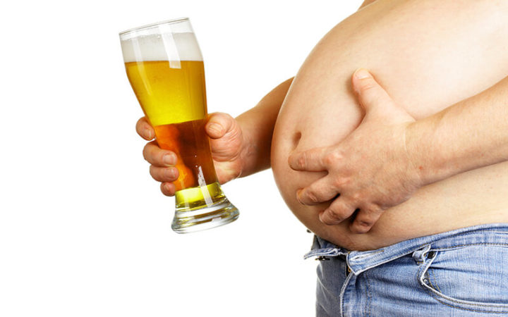 Мужчина с большим животом и пивом