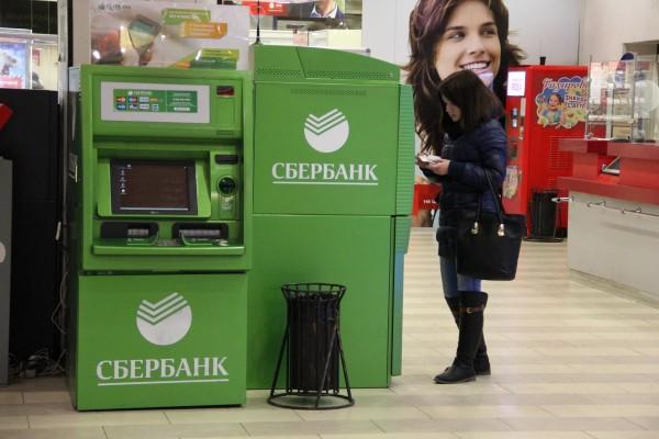Девушка возле банкомата