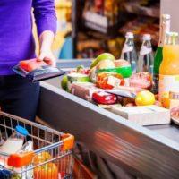Продукты на ленте в супермаркете