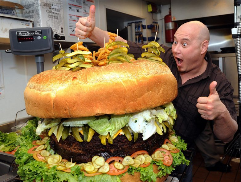 Мужчина с огромным бургером