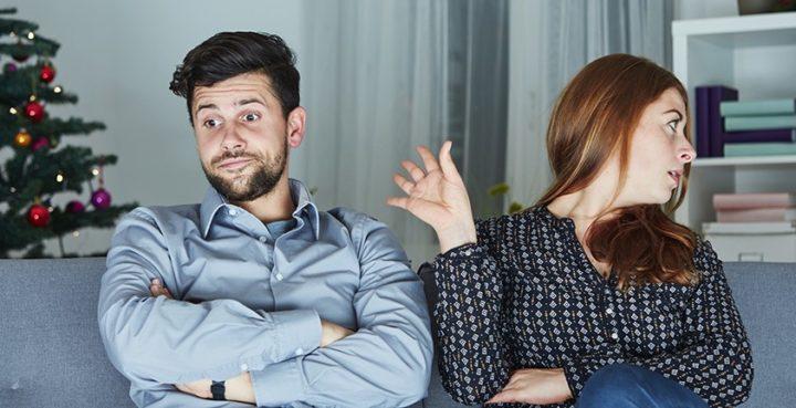 Мужчина и женщина на диване