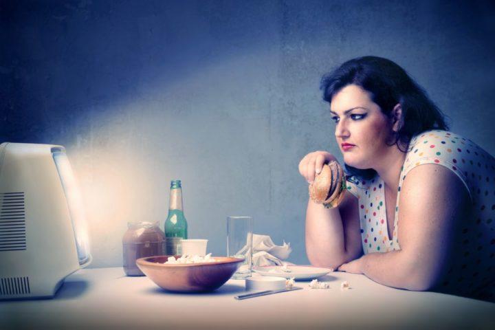 Толстая женщина и телевизор