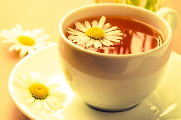 Заваренный чай из ромашки
