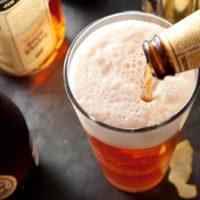 Пиво льется из бутылки
