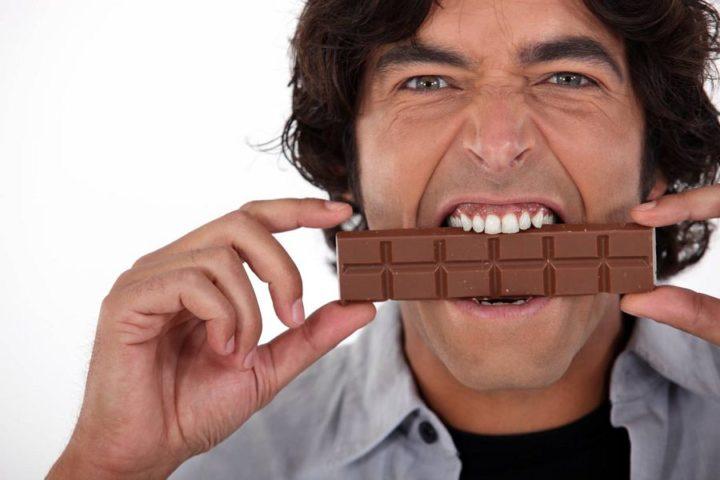 Мужчина с шоколадом во рту