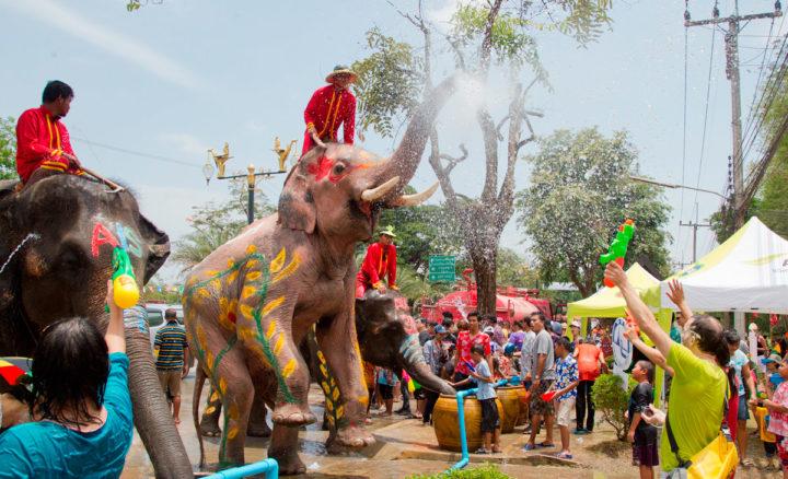 По традиции в Новый год тайцы обливают всех водой