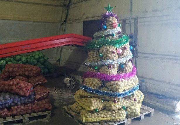 Новогодняя елка из мешков картошки