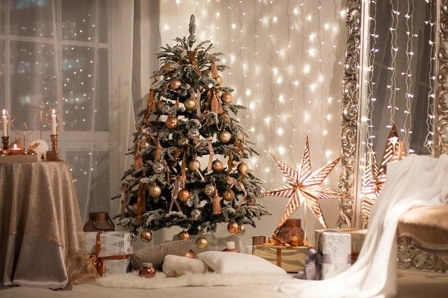 Согласно народным приметам, наряжать новогоднюю ель нужно от верхушки к основанию