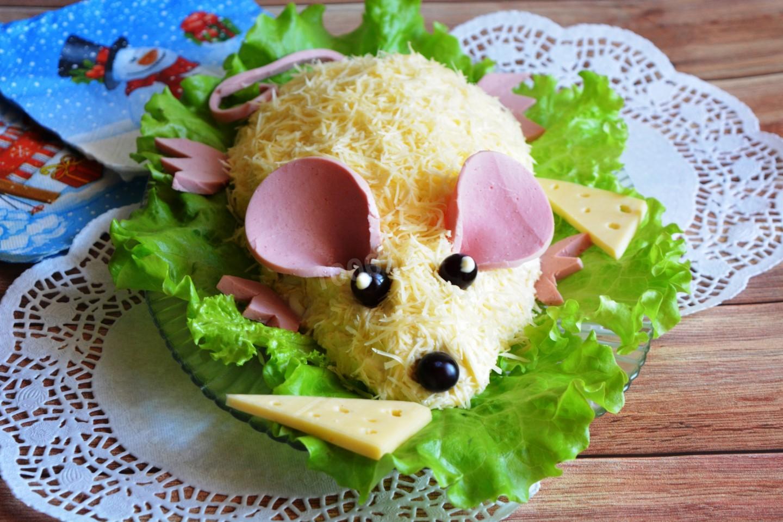 Символ года можно представить в виде сырного салата с колбасой