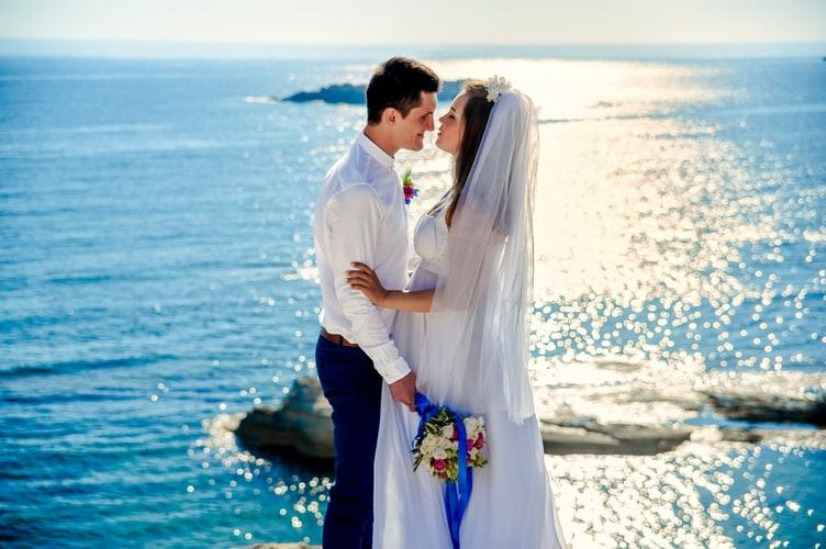 Чаще всего жених и невеста выбирают дату свадьбы в соответствии с гороскопом или согласно народным традициям