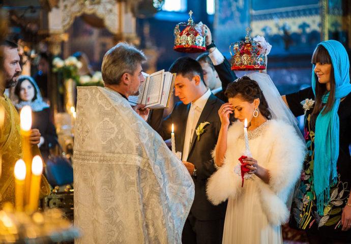 Для назначения даты следует заранее посетить храм и обсудить предполагаемые дни венчания со священником