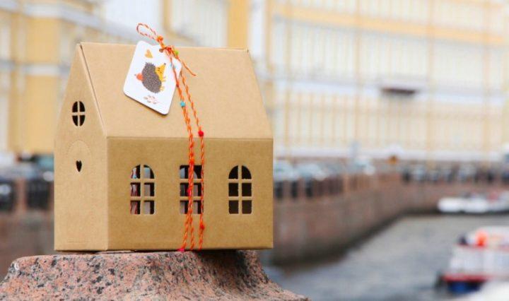 Упаковка дляподарка в виде домика из картона
