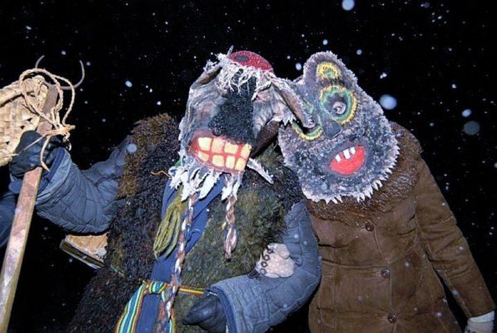 Колядовщики в костюмах медведей