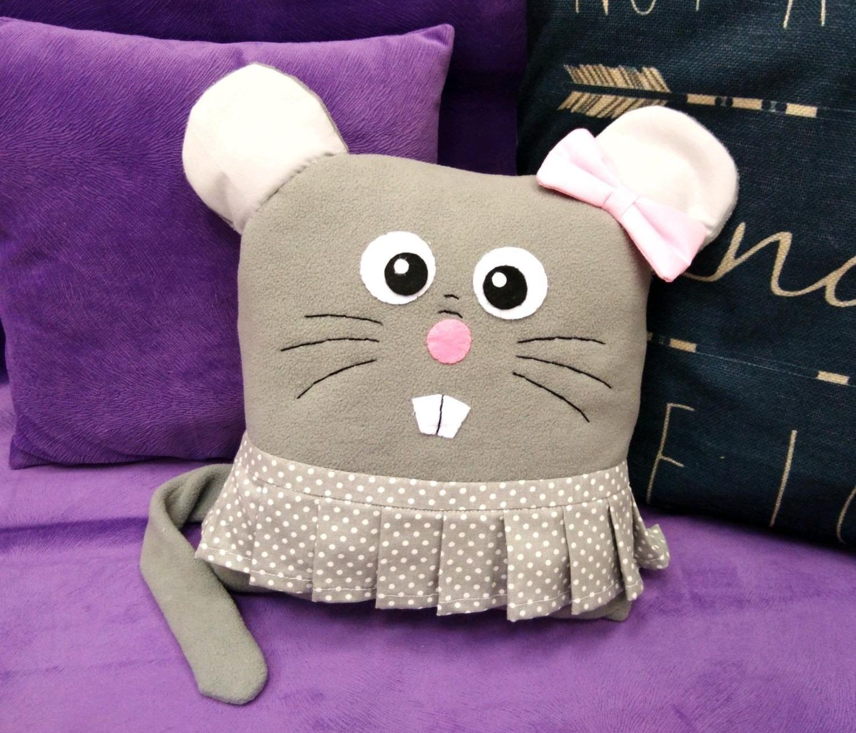 Для ребенка хорошим подарком станет мягкая игрушка в виде мышки