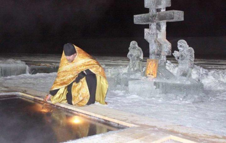 Зачем купаются в проруби на Крещение