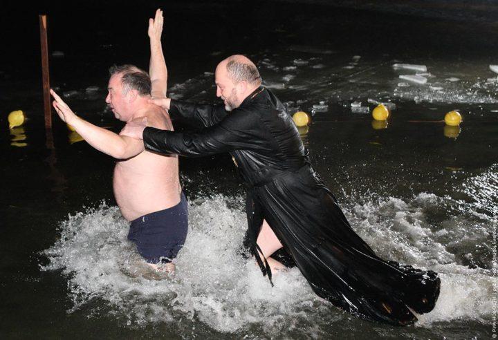 Прикол со священником на Крещение
