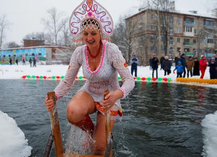 Купание на Крещение в костюме Снегурочки