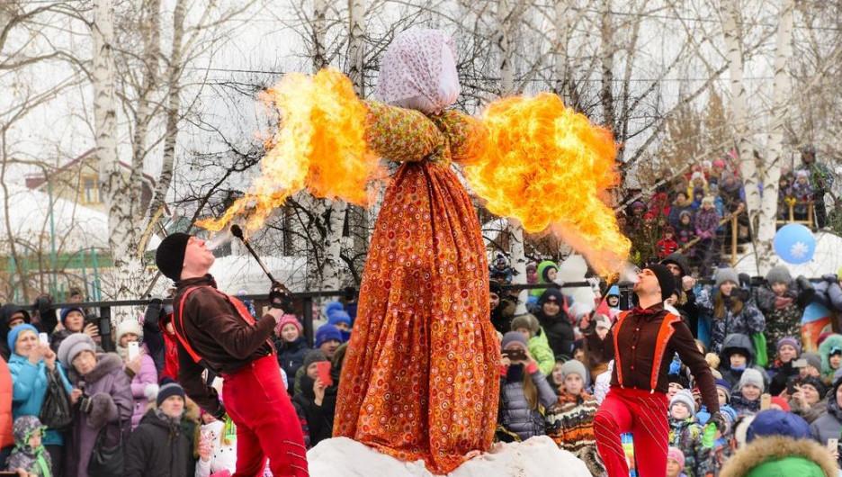 В последний праздничный день сжигают символ зимы — чучело из соломы