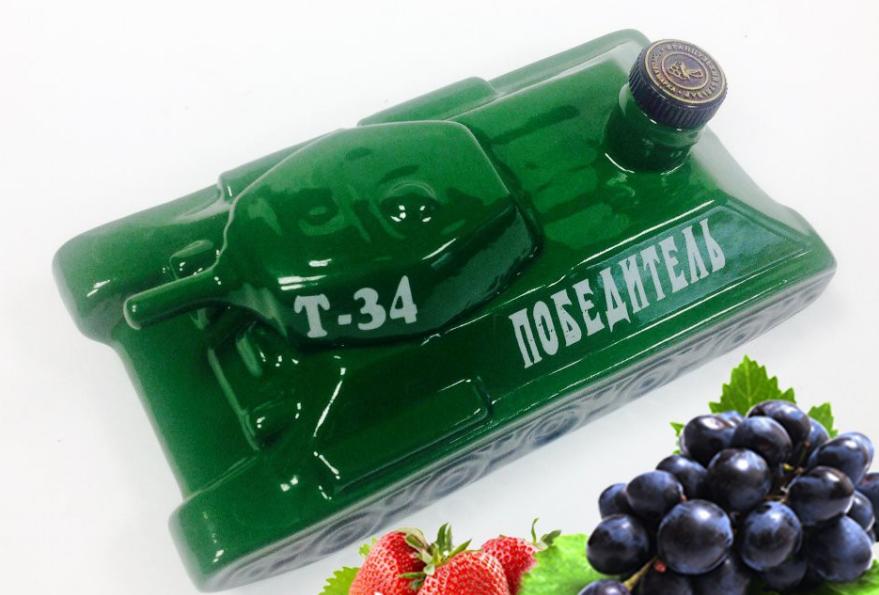 Сувенирная бутылка в виде танка модели Т-34